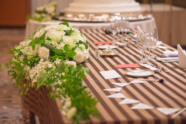白と茶色のテーブルライナー