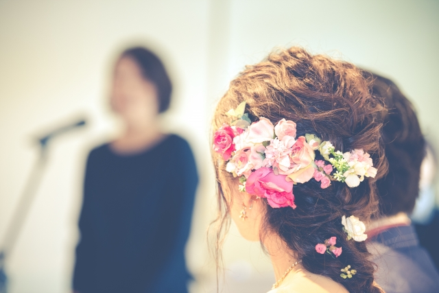 1f9d5c6bfda44 結婚式で受付や余興、乾杯や主賓挨拶を依頼するゲストに対しては付箋が必要です。