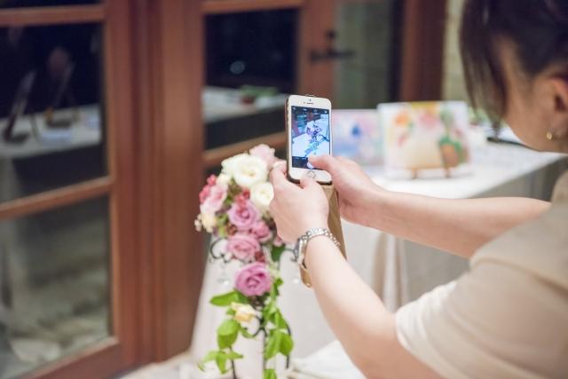 ブライダルフェアで写真を撮る女性