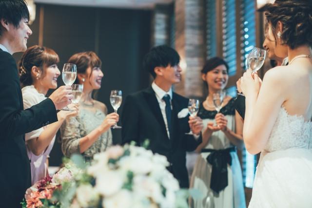 披露宴で談笑するゲストと新郎新婦さま