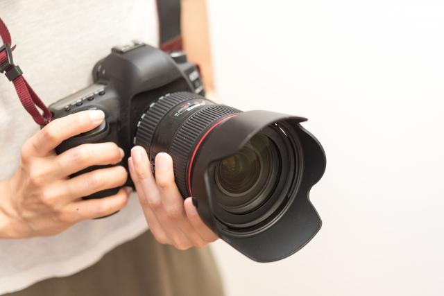 一眼レフカメラをもつ女性