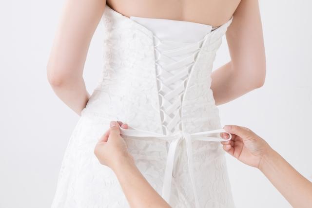 ウェディングドレスを試着する女性