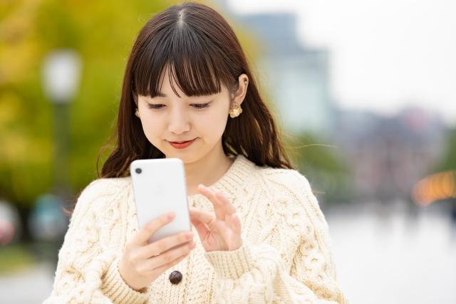 メールをする若い女性