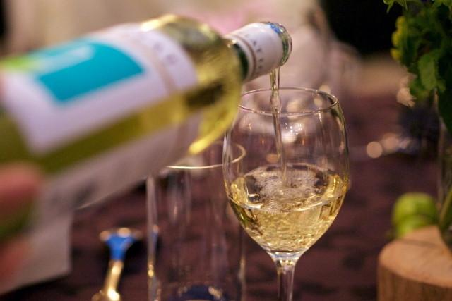 白ワインを注がれるワイングラス