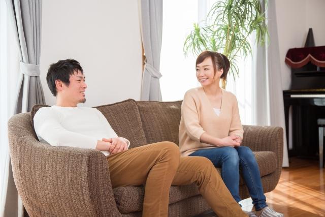 ソファーで話をするカップル