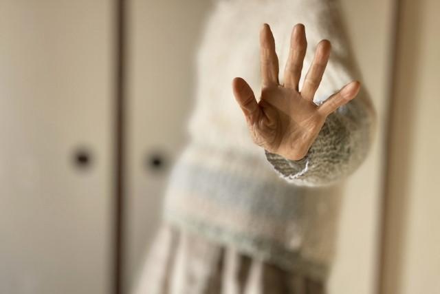 拒否するおばあちゃんの手