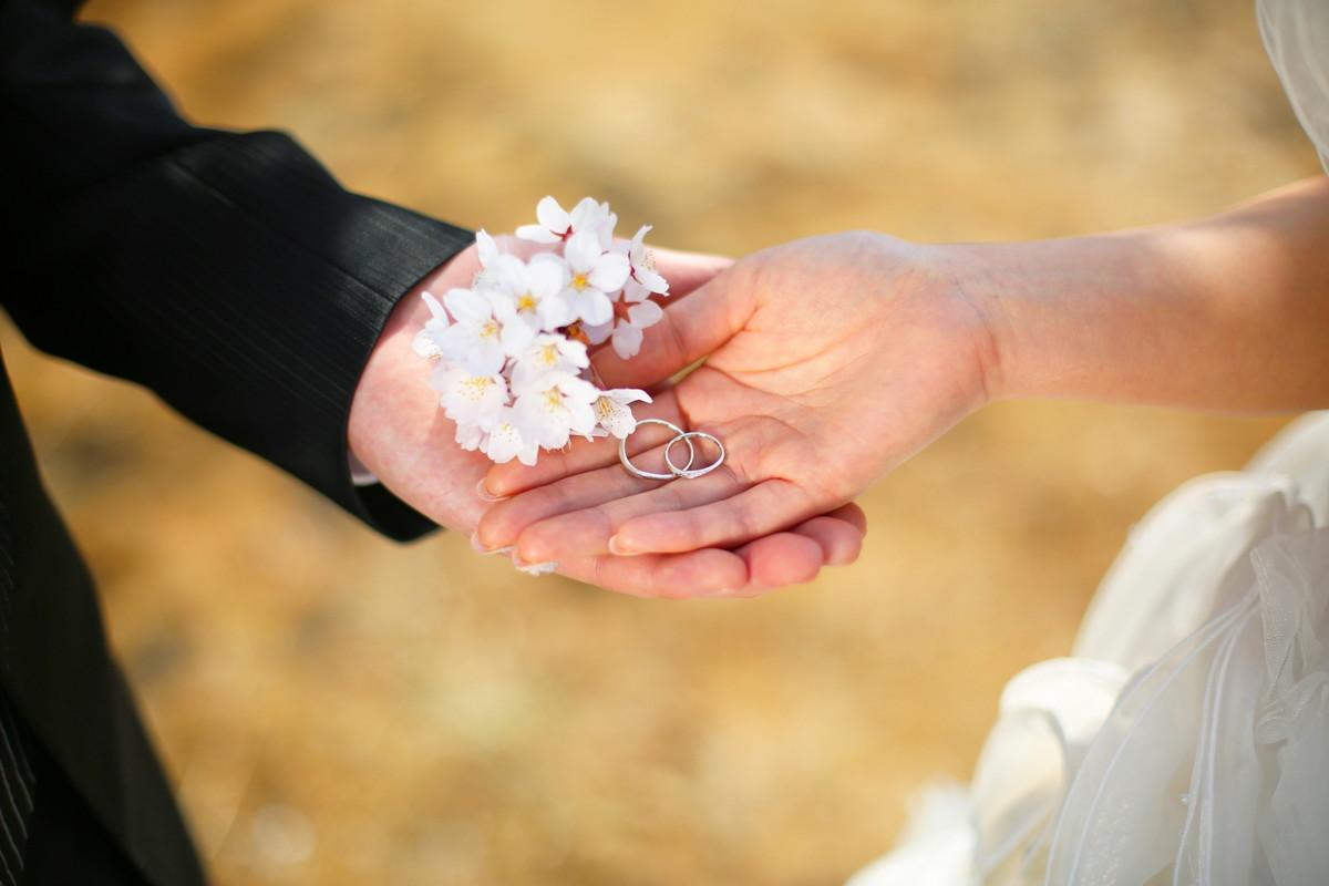 新郎新婦さまの手にのせた桜の花びら