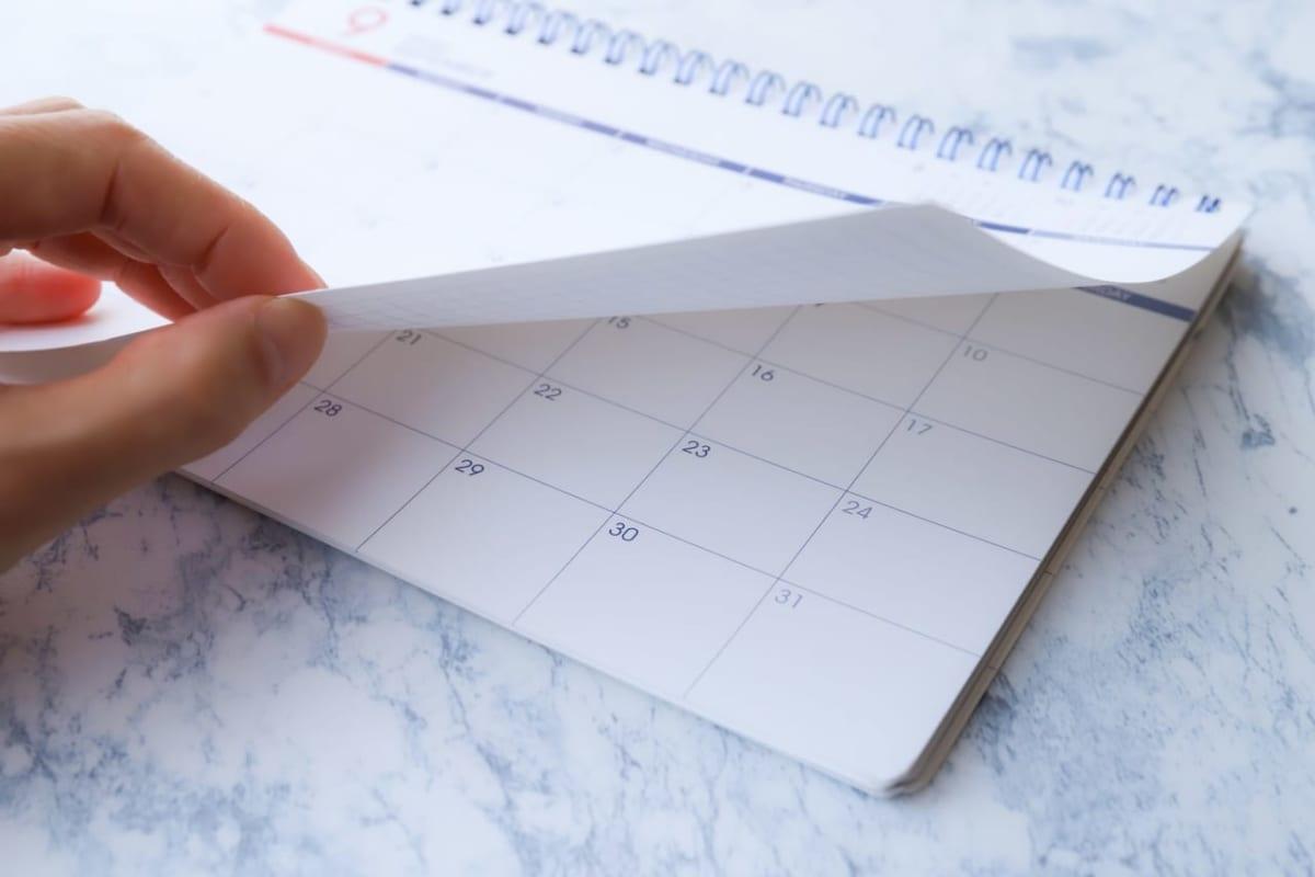 カレンダーをめくっている