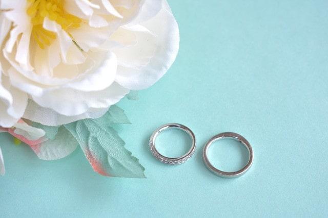 エタニティリングと地金の結婚指輪