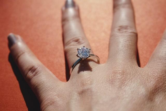 大きいダイヤモンドの婚約指輪
