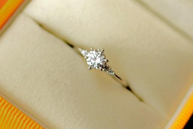 メレダイヤのついた婚約指輪