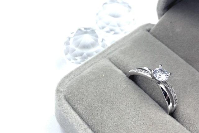 ケースにはいった婚約指輪