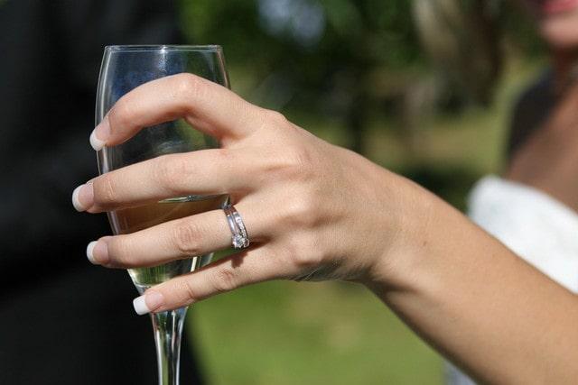 シャンパングラスをもつ女性の手