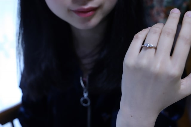婚約指輪をみつめる若い女性