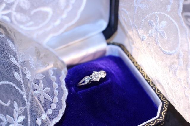 スリーストーンの婚約指輪