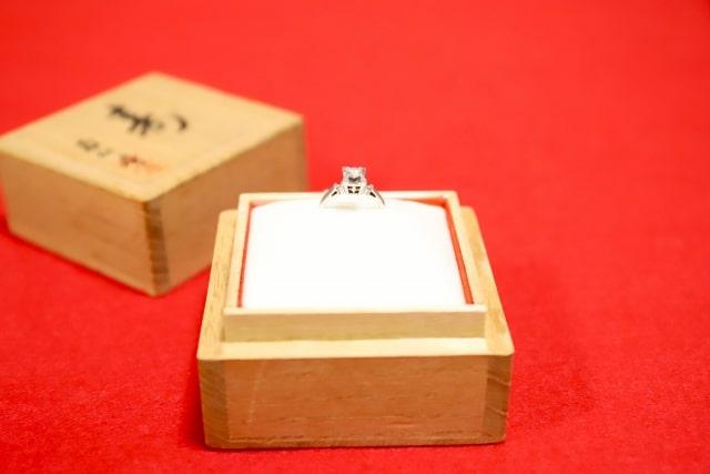 木箱にはいった大きいダイヤの婚約指輪