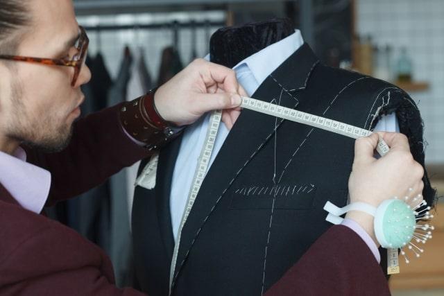フルオーダーのスーツを仕立てるテーラー