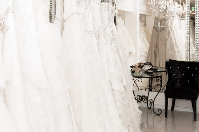 ドレスショップに並ぶ高価なウェディングドレス