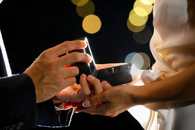 プロポーズで婚約指輪をパカッ
