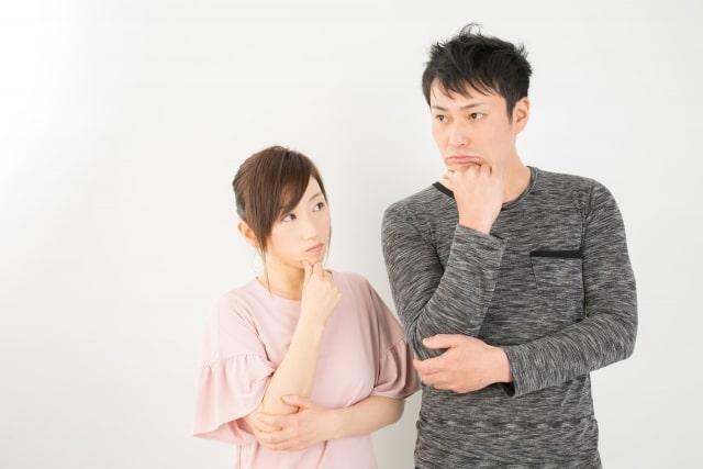 疑問の表情をするカップル