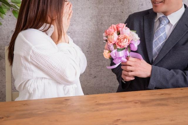 プロポーズをした彼と驚く彼女