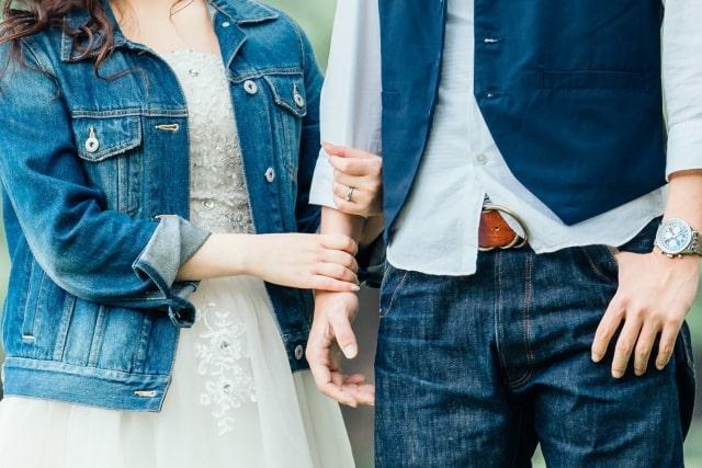 腕組みをするカップル