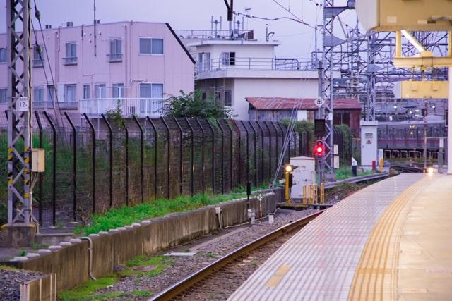 夕方の駅ホーム