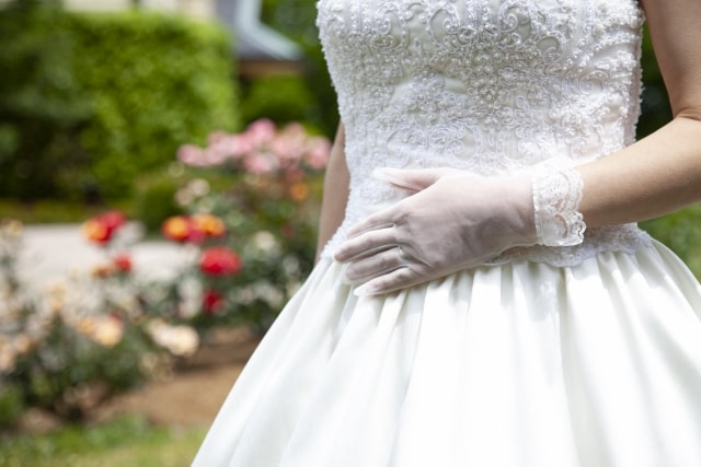 授かり婚でウェディングドレスをきている女性