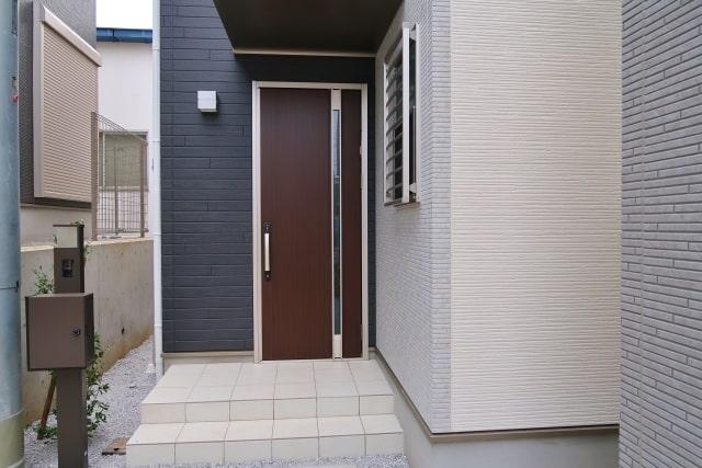 一戸建ての玄関のドア
