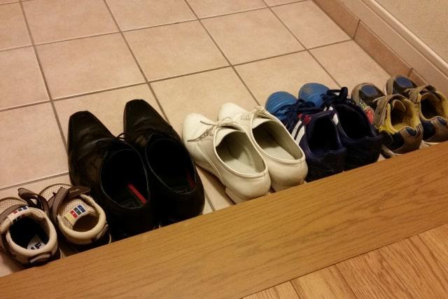 きれいに並べている靴