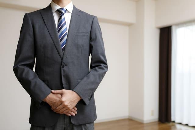 爽やかなブルーのネクタイをあわせたスーツ