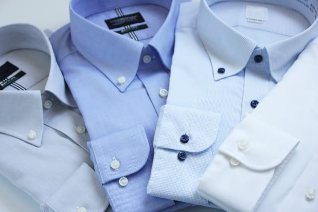ボタンダウンのワイシャツ
