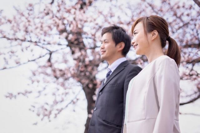 スーツの男性とオフィスカジュアルの女性