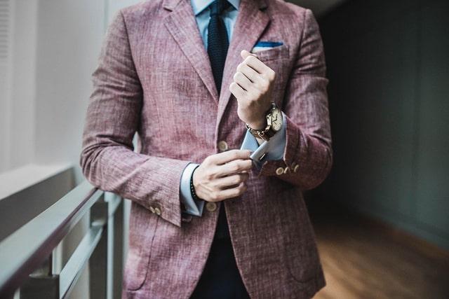 パープルの派手なスーツ