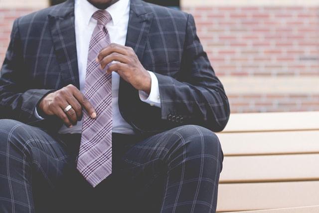格子柄のネイビースーツ