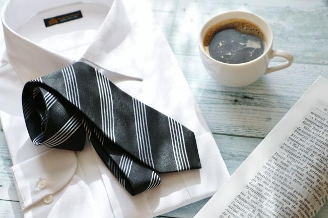 白いワイシャツと黒とシルバーのネクタイ