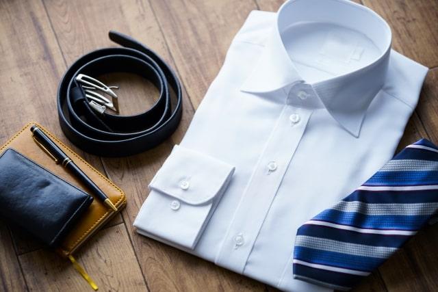淡いブルーのワイシャツとストライプブルーのネクタイ