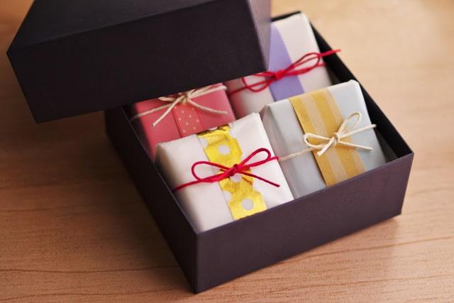 ギフトボックスにはいった個包装の和菓子