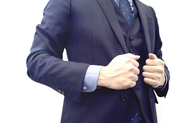 ビシッと決めたスーツ姿の男性