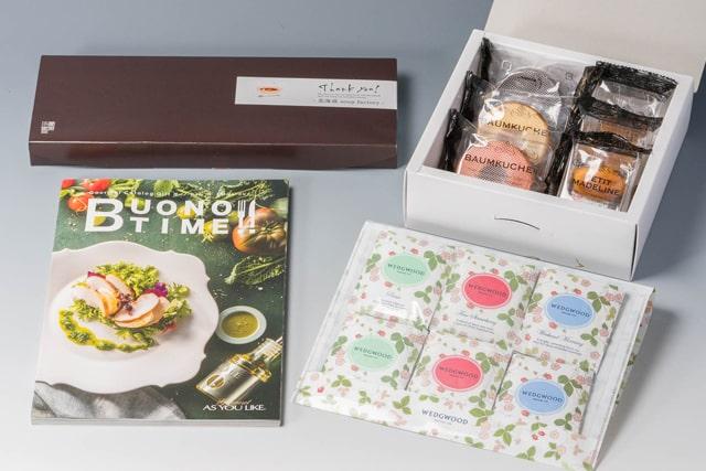 カタログギフトと紅茶や焼き菓子