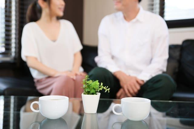 ソファで話し合うカップル