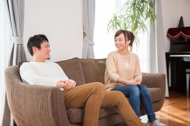ソファで話をするカップル