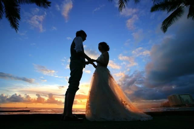 リゾート婚の海辺で撮影