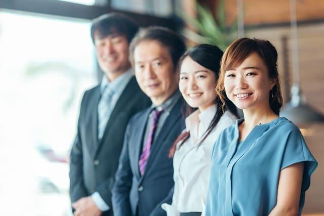 さまざまな世代の同僚や上司