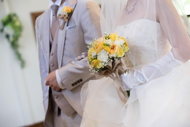 タキシードとウェディングドレスの新郎新婦さま