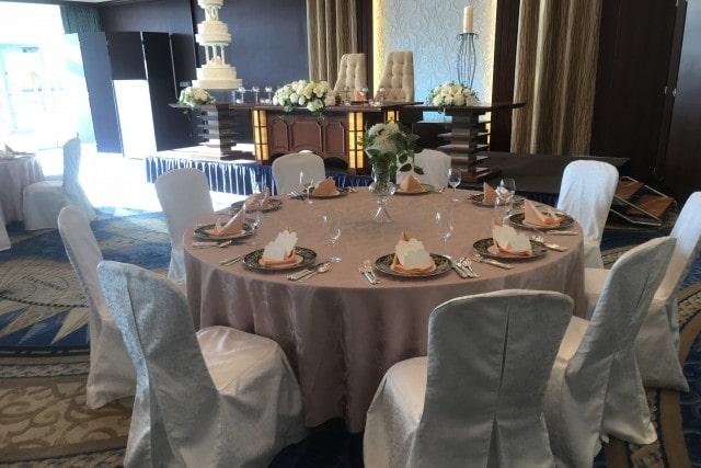 披露宴のゲストテーブルと高砂