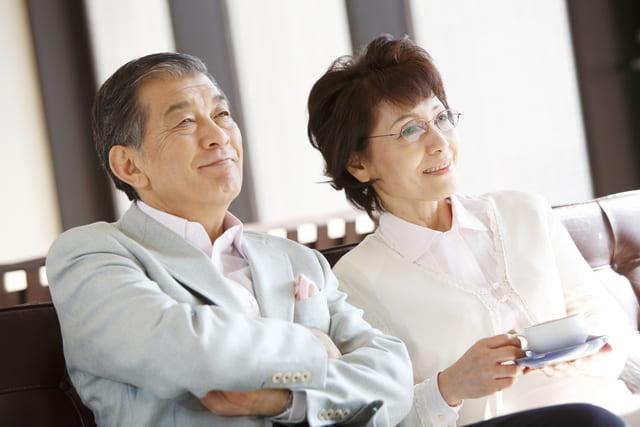 肩を寄せ合う年配のご夫婦
