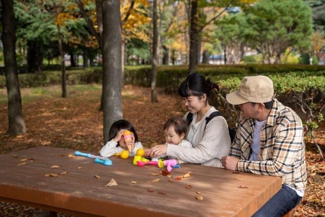 公園のベンチに座る4人家族