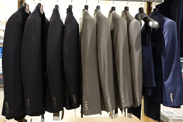 シックなカラーのスーツ