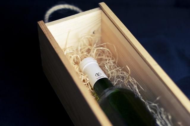 木箱入のワインボトル